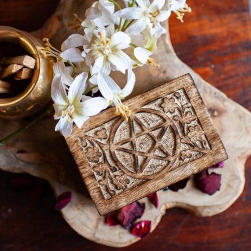 Holzbox Pentagramm mit Blumen geschnitzt auf Holz mit Blumen